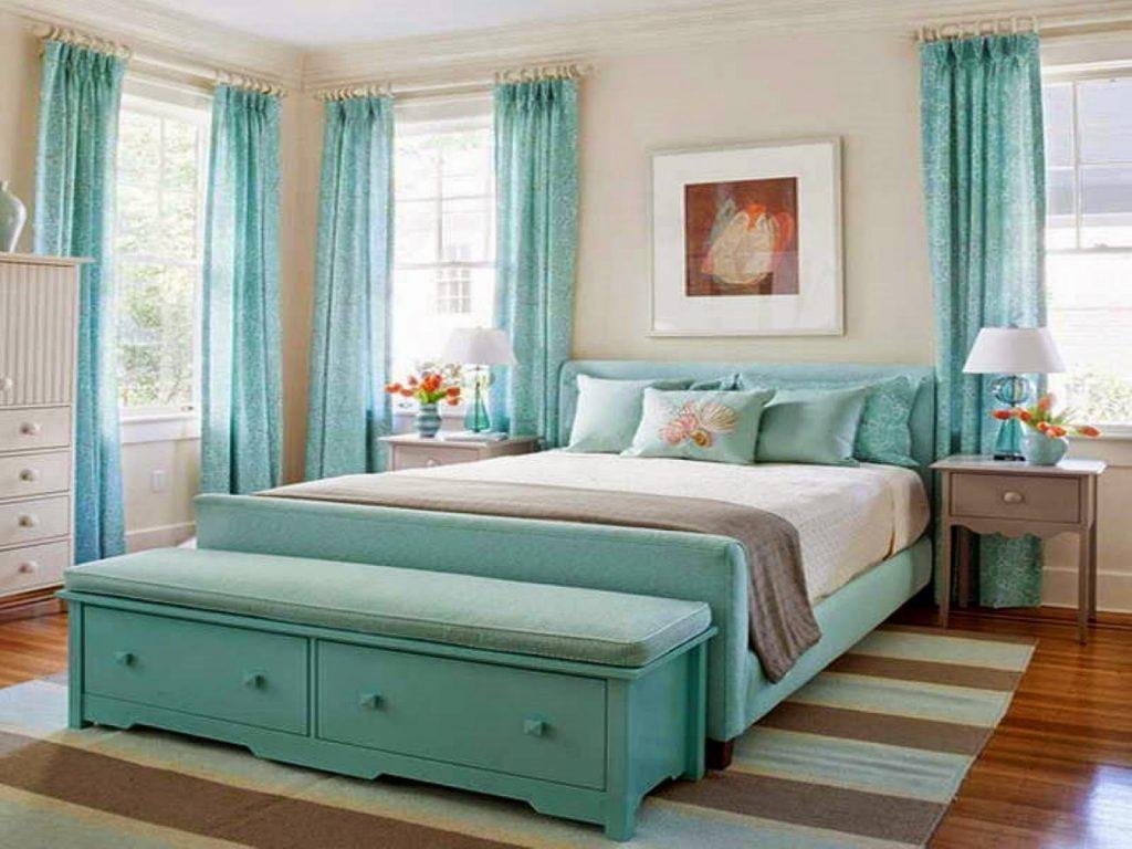 cama bonita con un cubrecolchon nuevo