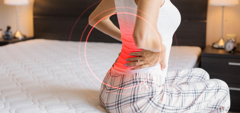 mujer tomandose la espalda con dolor