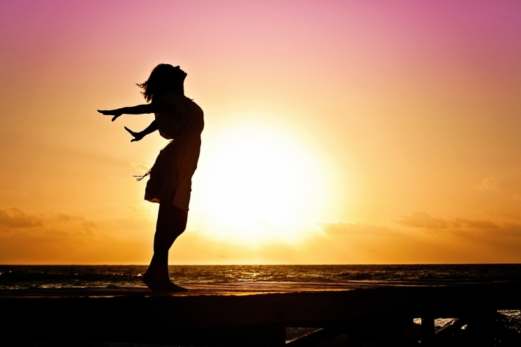 mujer en una puesta de sol