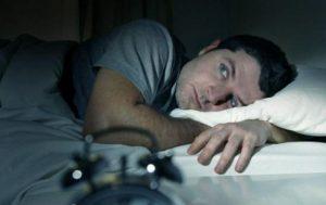 hombre con calor en la noche