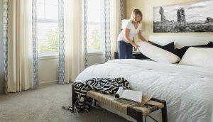 Mujer renovando el colchón y la ropa de cama