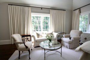 casa con cortinas nuevas