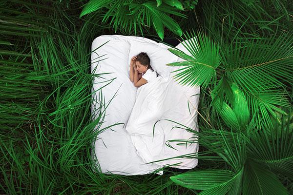 mujer dormida en un colchón fresco