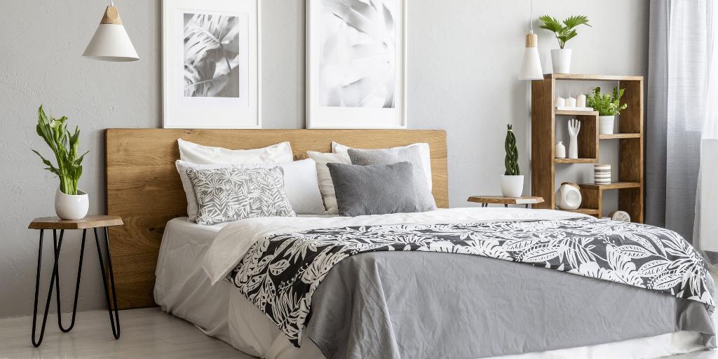 Cama con sábanas floreadas